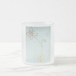 Beatyful frostig mugg med det guld- blommamönster