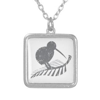 bedrövad gullig fern för för silverkiwifågel och silverpläterat halsband
