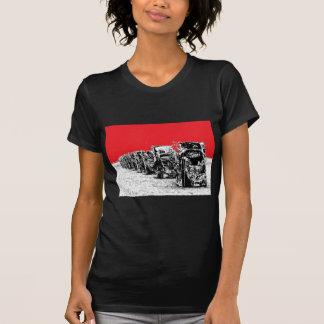 Begravde Cadillacs med röd himmel T Shirt
