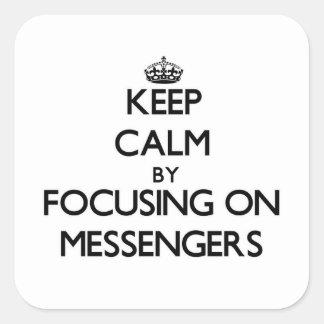 Behållalugn genom att fokusera på budbärare