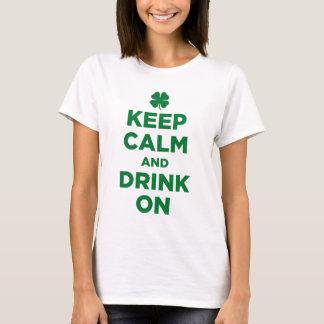Behållalugn och drink på ShamrockT-tröja T Shirt