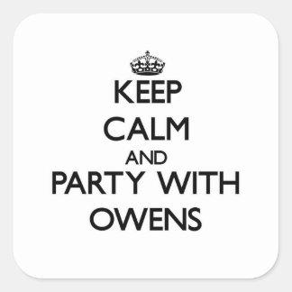 Behållalugn och party med Owens Fyrkantigt Klistermärke