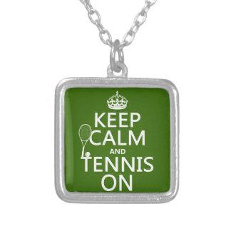 Behållalugn och tennis på (någon bakgrundsfärg) silverpläterat halsband