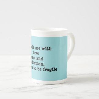 behandla mig med kärlekomsorg och affektion. mugg bone china kopp