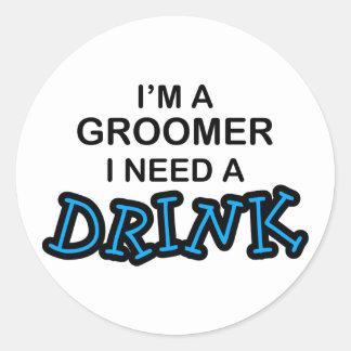 Behöv en drink - Groomer Runt Klistermärke