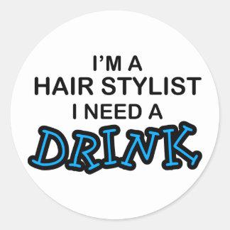 Behöv en drink - hårstylist runt klistermärke