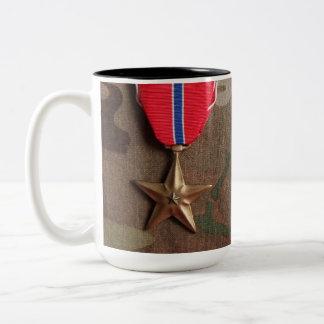 Bekämpa veteran och brons stjärnakaffemuggen Två-Tonad mugg