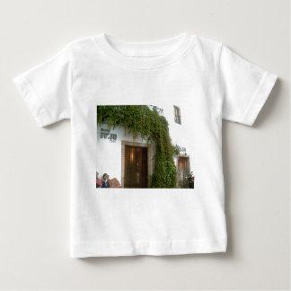 Bekläda av en byggnad i Taxco med en vine Tee Shirt