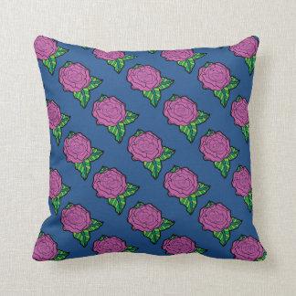 Belade med tegel rosa ros på mörk - blåttdekorativ kudde