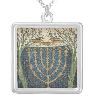 Belysning av en menora, från silverpläterat halsband