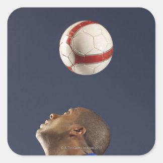 Bemanna att studsa fotbollboll på hans head 2 fyrkantigt klistermärke