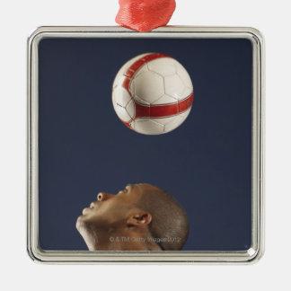 Bemanna att studsa fotbollboll på hans head 2 julgransprydnad metall