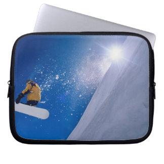 Bemanna flyget till och med luften på en snowboard laptop fodral