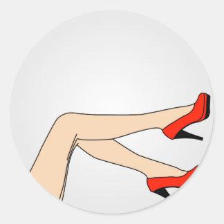 Ben av en kvinna som ha på sig röda stiletter runt klistermärke