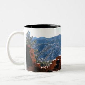 Berg beskådar från klippaboningar Två-Tonad mugg