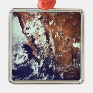 Berg och hav som ses från utrymme julgransprydnad metall