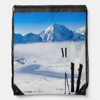 Berg och skidar utrustning gympapåse