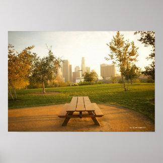 Beskåda av centra från picknick i stads- parkerar affischer