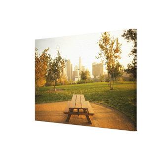 Beskåda av centra från picknick i stads- parkerar canvastryck