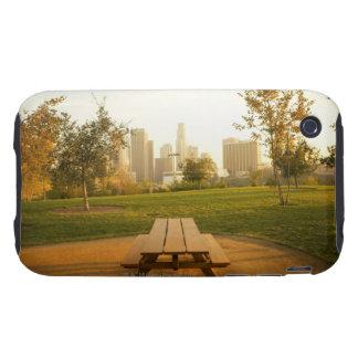 Beskåda av centra från picknick i stads- parkerar tough iPhone 3 fodraler