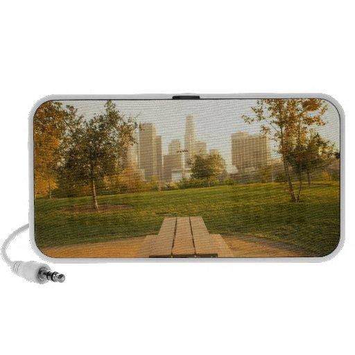 Beskåda av centra från picknick i stads- parkerar iPod högtalare
