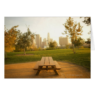 Beskåda av centra från picknick i stads- parkerar hälsningskort