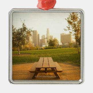 Beskåda av centra från picknick i stads- parkerar silverfärgad fyrkantigt julgransprydnad
