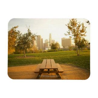 Beskåda av centra från picknick i stads- parkerar ninyl magneter