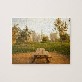 Beskåda av centra från picknick i stads- parkerar jigsaw puzzles
