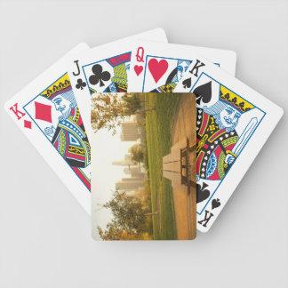 Beskåda av centra från picknick i stads- parkerar spel kort