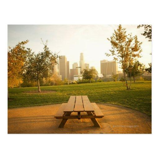 Beskåda av centra från picknick i stads- parkerar vykort