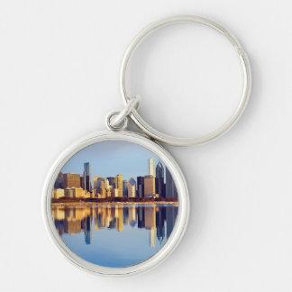 Beskåda av Chicago horisont med reflexion Rund Silverfärgad Nyckelring