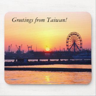 Beskåda av den Kaohsiung hamnen på solnedgången Musmatta