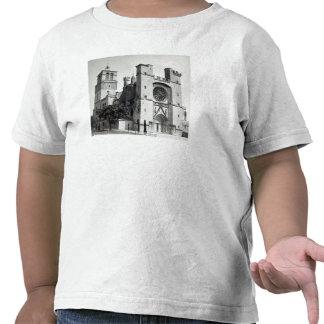 Beskåda av den västra facaden och stå hög t-shirts