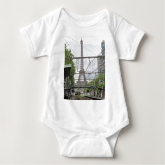 Beskåda av det Eiffel torn från tågstationen, T-shirts