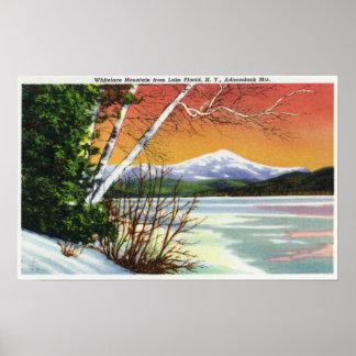 Beskåda av det Whiteface berg från sjön in Poster