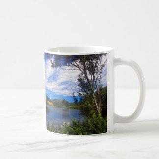 Beskådar det långa damm för Acadia Kaffemugg