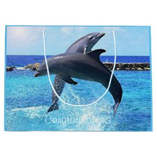 Beställnings- delfiner som leker i hav