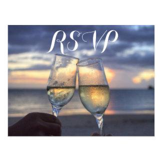 Beställnings- solnedgång på strandbröllop vykort