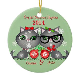 Beställnings- textkattungepars första jul rund silverfärgad julgransprydnad