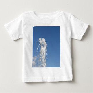 Bevattna att bespruta från en fontän mot himmlen t shirt