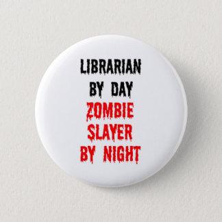 Bibliotekarie av dagZombieslayeren vid natt Standard Knapp Rund 5.7 Cm