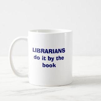 Bibliotekarier gör det vid boken kaffemugg