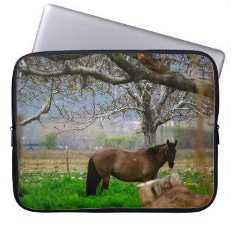 Bild av hästar - en häst på fält laptop sleeve
