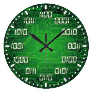Binärt kodifiera den dekorativa väggen tar tid på stor rund klocka