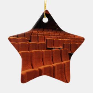 Bioteatern arrangerar placerar stjärnformad julgransprydnad i keramik