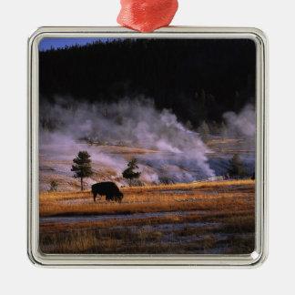 Bison som nära betar i övreGeyserhandfatet Julgransprydnad Metall
