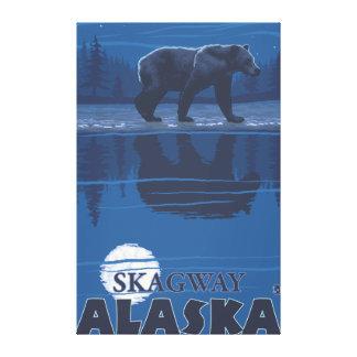 Björn i månsken - Skagway, Alaska Canvastryck
