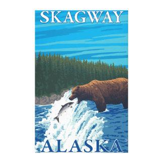 Björn som fiskar i floden - Skagway, Alaska Canvastryck