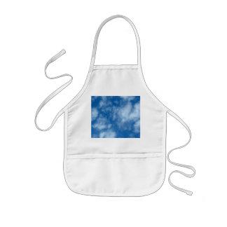 Blå himmel med moln barnförkläde